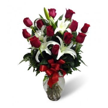 Docena de rosas con liliums y Florero